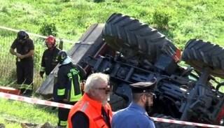 Bologna, si ribalta col trattore mentre aiuta il fratello: muore a 21 anni