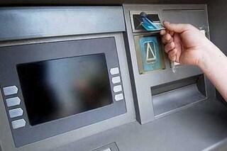 La banca che dice stop al contante e chiude bancomat e casse automatiche