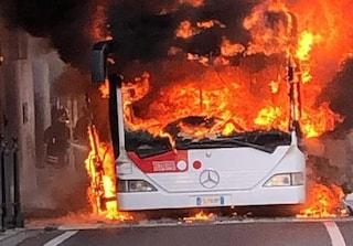 Paura a Potenza, autobus di linea in fiamme: danneggiate auto in sosta e palazzo