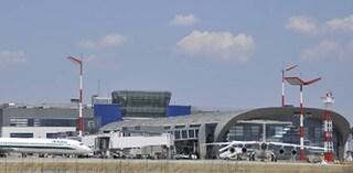 Cagliari, perdono l'aereo, sfondano una porta e lo rincorrono in pista: multa da 2mila euro