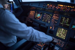 Paura in aereo. Pilota versa una tazza di caffè sui comandi, atterraggio d'emergenza in Irlanda