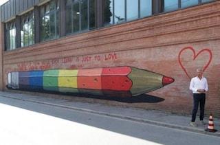 """Ravenna, scrissero """"il preside è gay"""" sul muro del liceo: frase coperta da un'opera arcobaleno"""