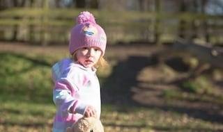 """""""È solo stitica"""", per 11 volte mandata a casa dai medici: bimba di 3 anni muore di cancro"""