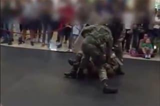 """Catania, dimostrazione dell'Esercito al centro commerciale: """"Pestaggio assurdo davanti a bimbi"""""""