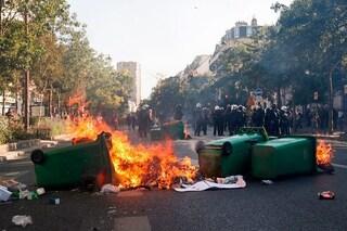 Parigi, violenze alla marcia per il clima. Incendi e barricate, centinaia di arresti