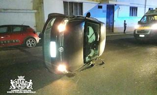 Cagliari: ubriaca al volante, urta un'auto in sosta e si ribalta in mezzo alla strada