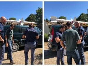 Matteo Baroni insieme a due agenti di polizia