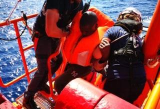 Migranti, la nave Ocean Viking soccorre un gommone in difficoltà, salvate 94 persone