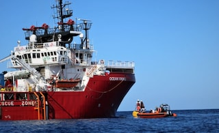 I migranti della Ocean Viking sbarcheranno in Italia: il porto sicuro è Pozzallo