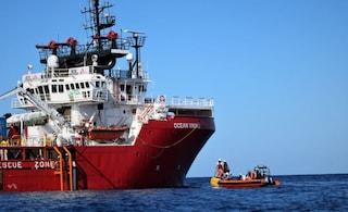 Ocean Viking, sbarcati a Lampedusa gli 82 migranti: saranno divisi tra 5 Paesi Ue