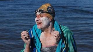 Donna sopravvissuta al cancro festeggia attraversando quattro volte a nuoto il Canale della Manica