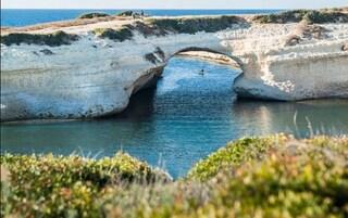 Dramma in Sardegna, uomo precipita dalla scogliera mentre scatta una foto e muore