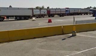 Bologna, camionista travolto e ucciso da un altro tir dopo una lite: indagato il collega