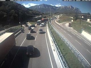 Incidente Trento, auto contro trattore in galleria: 2 feriti, donna con un braccio amputato