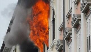 Incendio Trieste, fiamme in un palazzo in viale Miramare: 16 persone evacuate e intossicate