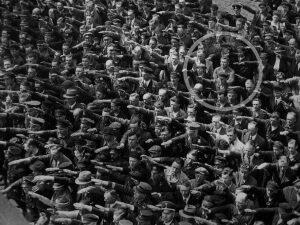 Il 17 ottobre 1944 moriva August Landmesser, l'uomo che si rifiutò di fare il saluto nazista. La foto che lo ha reso famoso venne scattata il 13 giugno 1936 ad Amburgo.