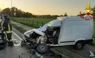 Reggio Emilia, incidente frontale con un'auto: furgone distrutto, morto l'autista