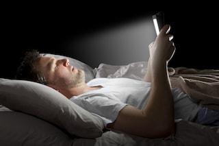 """Rimane cieco mentre gioca al cellulare a luci spente. Cos'è il """"colpo d'occhio"""" e come avviene"""