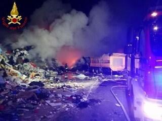 """Incendio in un'azienda di rifiuti in Veneto, il sindaco: """"Rimanete in casa"""""""