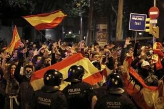Catalogna, 500mila persone in piazza: polizia spara fumogeni e proiettili di gomma