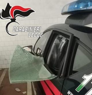 Lecce, 22enne sfascia la pattuglia dei carabinieri e tenta di colpire i militari con l'antenna