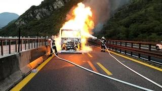 Camion in fiamme sull'autostrada A14: tratto chiuso tra Pescara e Chieti, traffico in tilt