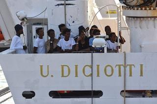 Migranti, sbarcate 68 persone a Pozzallo. Impossibile accoglierli a Lampedusa: centro al collasso