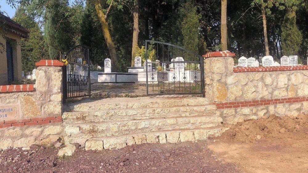 L'inferriata del cimitero dove è stato scoperto il corpo senza vita di Wael