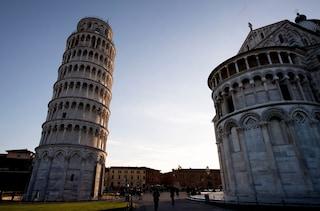Con una moneta incidono un nome sulla torre di Pisa: fermati (e rilasciati) due fratelli medici