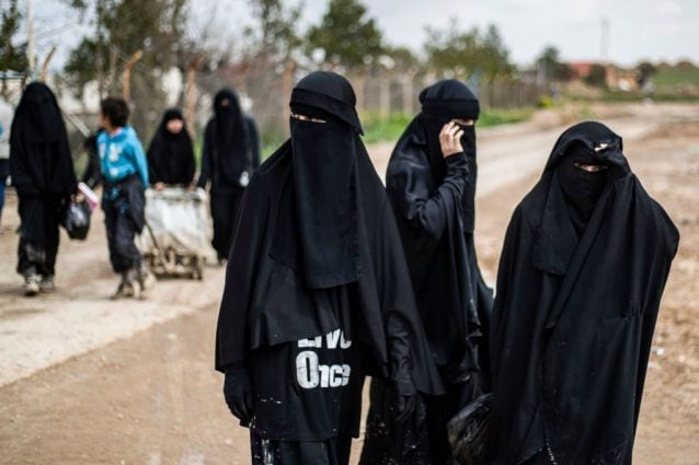 Alcune donne straniere affiliate all'Isis nel campo di al–Hol (Gettyimages).