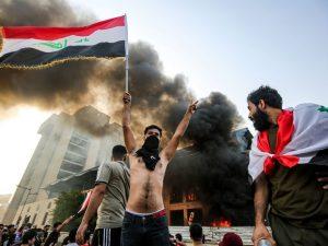 A Baghdad e in tutto il sud dell'Iraq migliaia di persone sono scese in piazza per protestare contro la corruzione, la disoccupazione e la mancanza di servizi (Gettyimages)