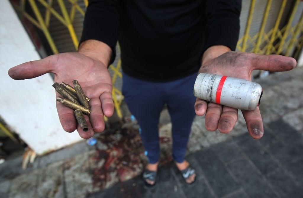 Un manifestante mostra i proiettili sparati dalle forze di sicurezza irachene durante le manifestazioni (Gettyimges)