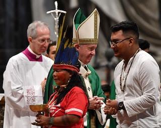 """Papa Francesco apre il Sinodo sull'Amazzonia: """"Fuoco appiccato da interessi che distruggono"""""""