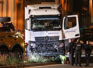 Germania, alla guida di un tir rubato finisce su 8 auto: 9 feriti, nessuna pista esclusa