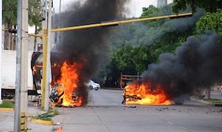 Messico, arrestato uno dei figli di El Chapo: scontri a Culiacán, sparatorie e auto in fiamme
