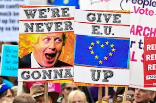 Brexit, il Parlamento vota un altro rinvio. Il premier Johnson cede e chiede proroga all'Ue