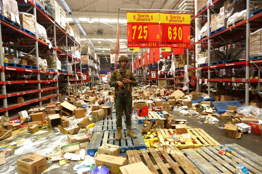Numerosi negozi e supermercati sono stati saccheggiati durante le proteste in Cile (Gettyimages)
