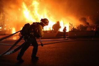 Los Angeles, mega incendio nel nord della città: 100mila evacuati