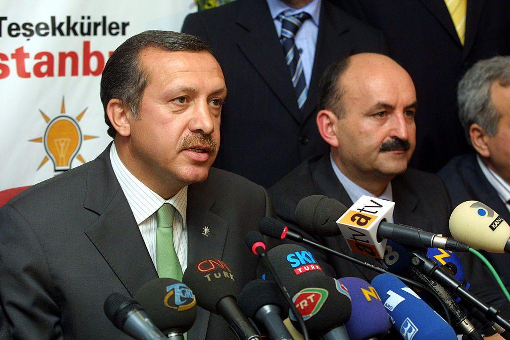 Erdogan (a sinistra), proclama la vittoria del suo partito (Akp) alle elezioni del 3 novembre 2002 (Gettyimages)