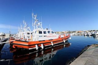 Naufragio a Lampedusa, barchino con 50 migranti si ribalta: recuperati 13 cadaveri, tutte donne