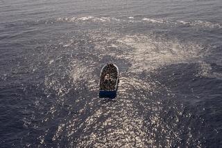 """Migranti, barca in difficoltà con 50 persone a bordo, tra cui 5 bimbi: """"Stiamo imbarcando acqua"""""""