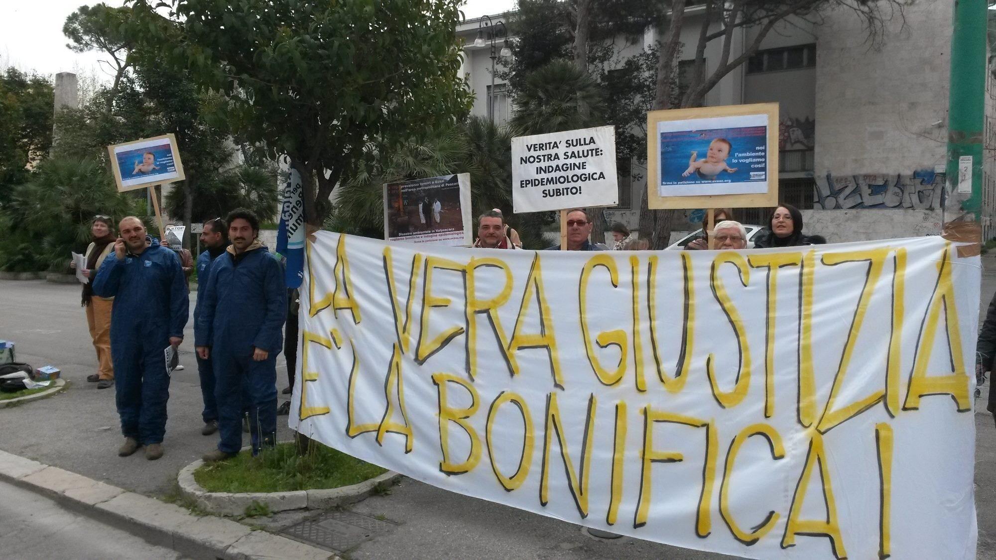 Manifestazione per chiedere la bonifica delle aree inquinata a Bussi sul Tirino (Forum Abruzzese dei Movimenti per l'Acqua)