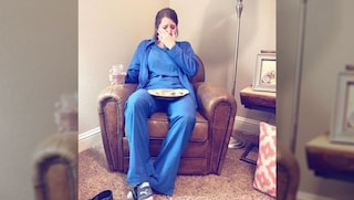 Perché questa foto di un'infermiera esausta dopo il turno di lavoro in ospedale è diventata virale