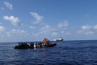 Migranti, Ocean Viking soccorre 104 persone: tra di loro due bambini e 40 minori