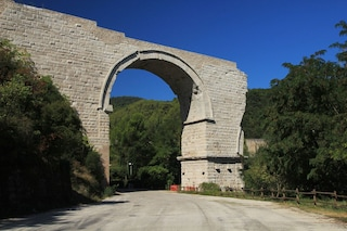 Dramma a Narni, mamma di 38 anni si lancia dal Ponte d'Augusto: morta sul colpo