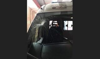 Bari, ambulanza presa a sassate, ferito un infermiere: aveva appena soccorso un uomo in codice rosso