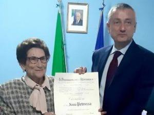 Nonna Anna nominata Cavaliere, la 90enne ha fatto nascere centinaia di bimbi senza ospedali