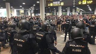 Barcellona, centinaia di voli cancellati dopo le condanne ai leader catalani: scontri all'aeroporto