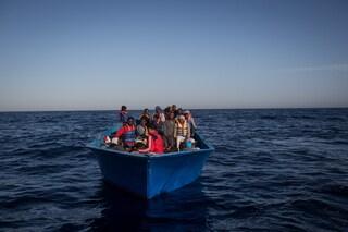 """Migranti, Alarm Phone: """"Malta ha localizzato la barca ma non interviene per salvare i naufraghi"""""""