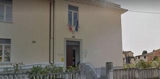 """""""Non mi fanno vedere mia figlia"""", uomo si barrica a scuola a Foligno: si arrende al pm"""